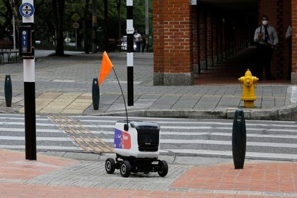 Un robot de entrega de la compañía colombiana Rappi, en medio del brote de coronavirus, se desplaza con una calle de la ciudad de Medellín, Colombia, 17 de abril, 2020. REUTERS / David Estrada