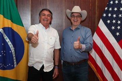 El presidente de Brasil, Jair Bolsonaro, saluda con el embajador de Estados Unidos, Todd Chapman, durante una reunión en Brasilia el pasado 4 de julio (Presidencia de Brasil/Clauber Cleber Caetano/vía REUTERS)