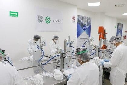 Fábrica de mascarillas N95, en colaboración con la UNAM Foto: @GobCDMX