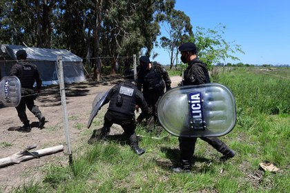 El grupo GAD de la policía bonaerense custodia las límites de las tierras tomadas. (Foto: Maximiliano Luna)