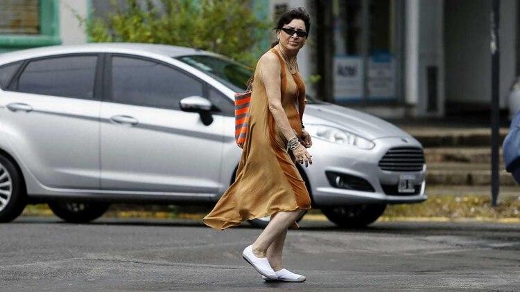 Giselle Fernández, hermana de Cristina Kirchner, saliendo del Hospital Italiano