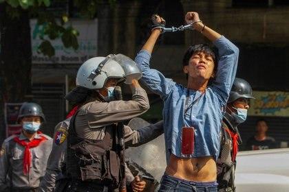 Un manifestante a favor de la democracia es detenido por agentes de la policía antidisturbios durante una manifestación contra el golpe militar en Yangon, Myanmar, el 27 de febrero de 2021. REUTERS / Stringer