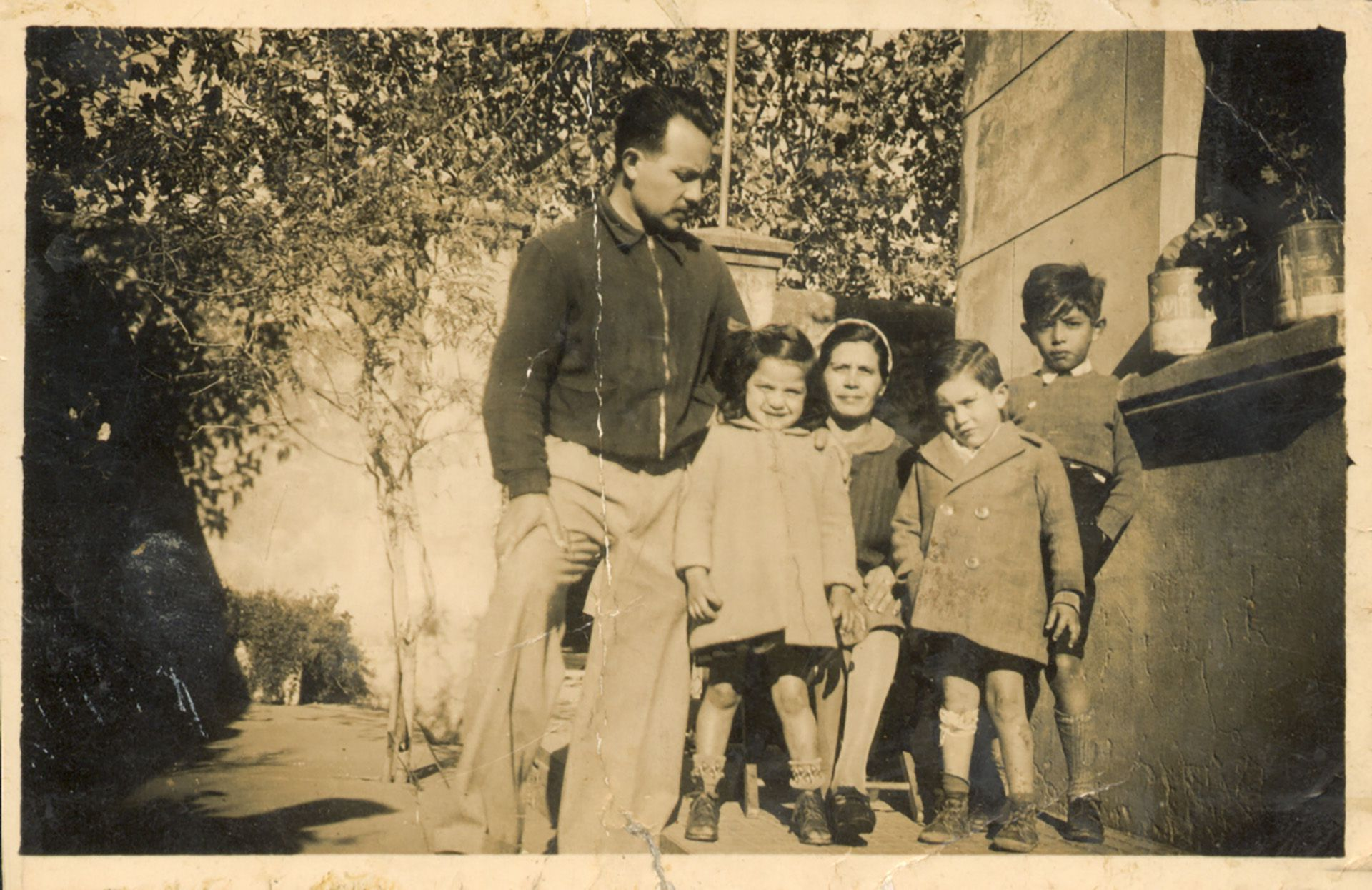 Horacio Cháves con sus hijos mayores en la casa en que vivían en el Regimiento 7, cuando estaba en actividad.