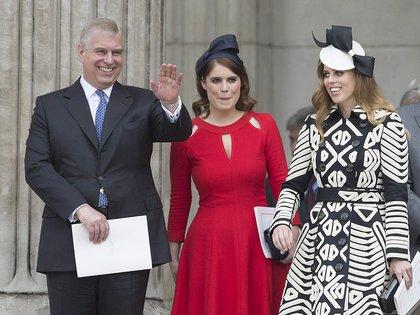 El Príncipe Andrés, la Princesa Beatriz y la Princesa Eugenia (Shutterstock)