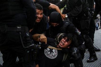 Foto de archivo. Policías detienen a un manifestante durante una protesta para exigir justicia para Giovanni López, en Guadalajara, México, 4 de junio. REUTERS / Fernando Carranza