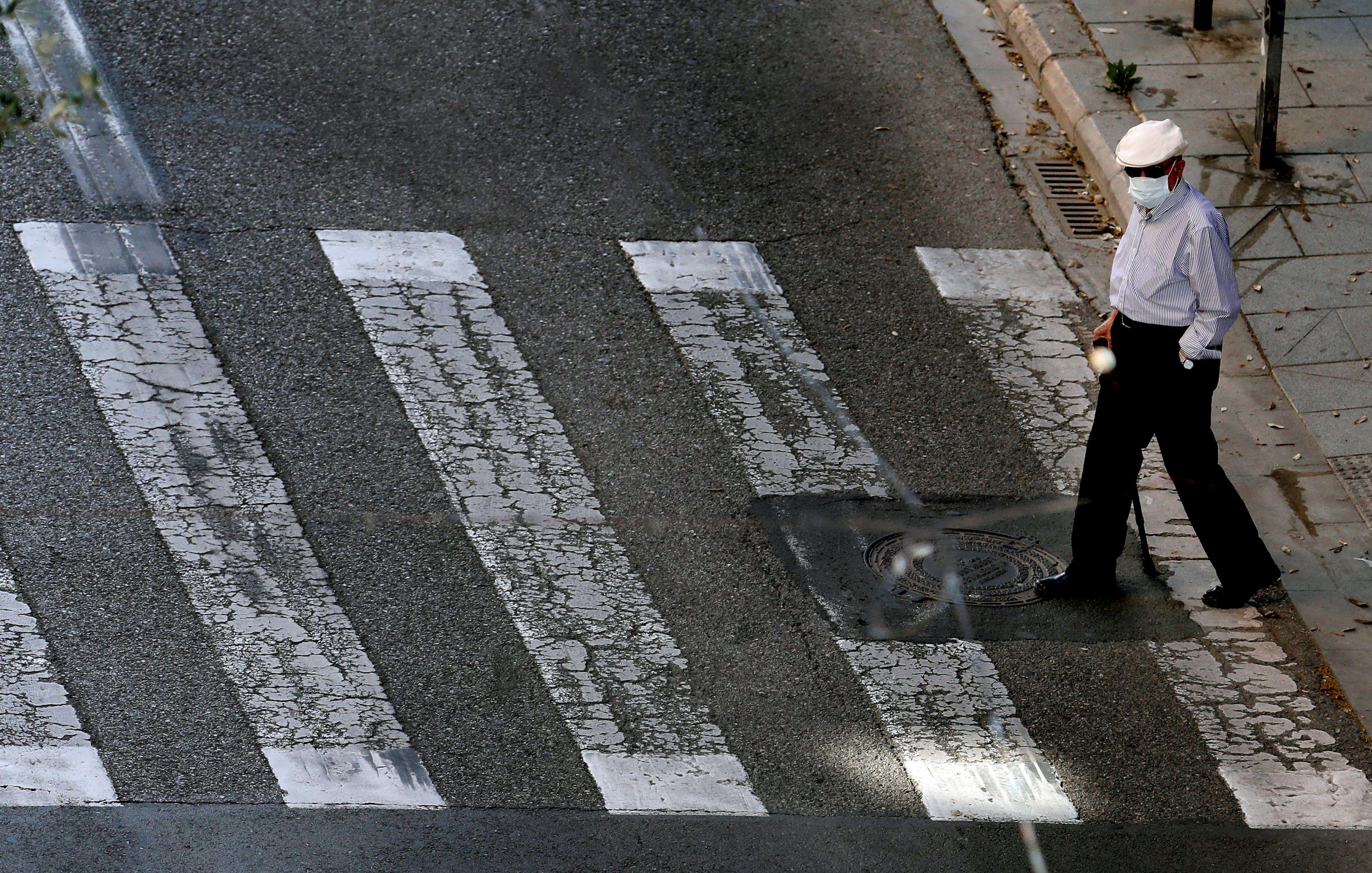 Una persona mayor pasea durante su franja horaria permitida.EFE/ Juan Carlos Cárdenas/Archivo