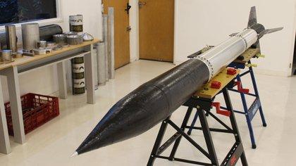 Cohete Zonda, en el que trabaja por estos días la empresa y probará pronto. Mide casi 4 metros y sube hasta 30 kilómetros de altura