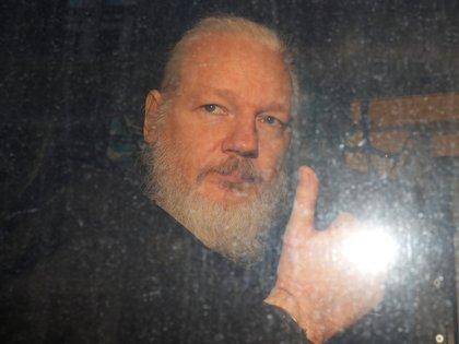Julian Assange tras dejar la central de la policía en Londres (Reuters/ Peter Nicholls)