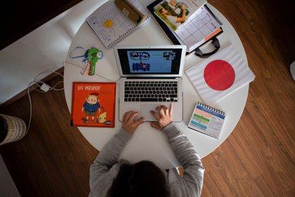 Una profesora da clases en línea a sus alumnos con una aplicación de videoconferencias EFE/ Enric Fontcuberta/Archivo