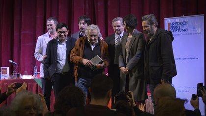 El saludo final, los aplausos del público (Fotos Gustavo Gavotti)