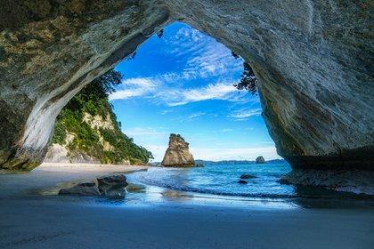 Llegado este momento del año, las multitudes se habrán ido, dice la guía, de las arenas doradas de la península de Coromandel en Nueva Zelanda (Shutterstock)
