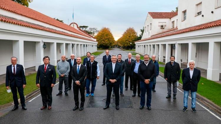 El Presidente, el lunes, junto al Grupo de los Seis y la CGT, en Olivos (Presidencia de la Nación)