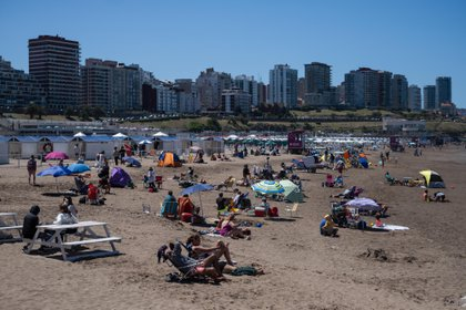 La costa atlántica bonaerense recibió a los turistas en el fin de semana extra largo (Télam)