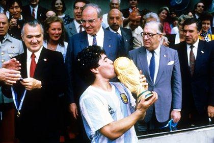 El entonces futbolista de 22 años quedó mudo de la emoción y enseguida lloró como un niño a quien le dan el regalo más anhelado. (Foto: Reuters)