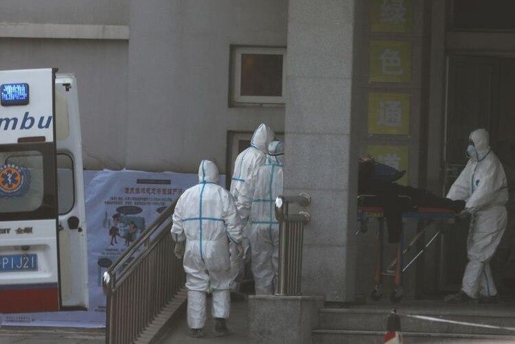Miembros del personal sanitario transfieren a un paciente de una ambulancia al hospital Jinyintan, donde los pacientes con neumonía causada por la nueva cepa del coronavirus están siendo tratados, en Wuhan, provincia de Hubei, China, el 20 de enero de 2020. REUTERS/Corresponsal