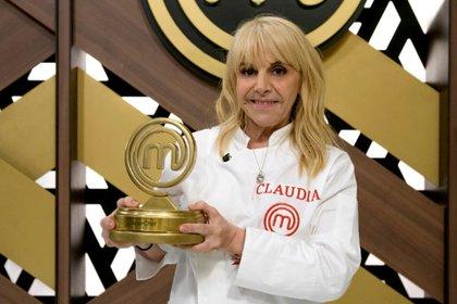 Claudia Villafañe sosteniendo su premio