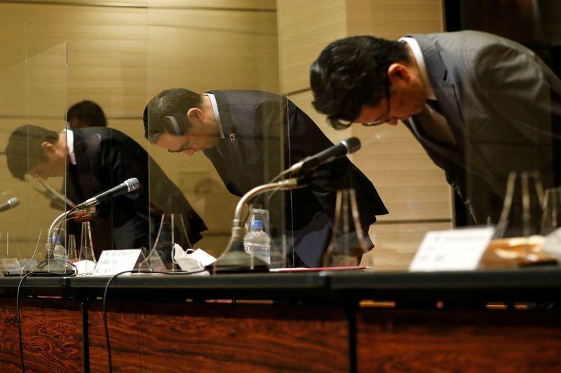 El presidente de la Bolsa de Tokio, Koichiro Miyahara, y otros responsables del mercado de balores nipón, durante la rueda de prensa celebrada en la capital japonesa después de que la sesión del jueves fuese suspendida. Tokio, Japón. 1 de octubre de 2020. REUTERS/Issei Kato