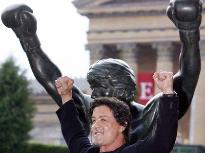 """Sylvester Stallone posa con la estatua de """"Rocky"""" frente al Museo de Arte de Filadelfia en septiembre de 2006. (REUTERS)"""