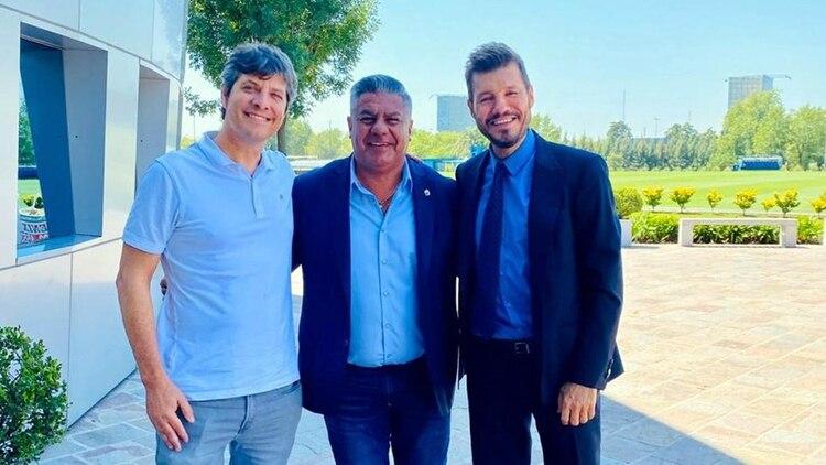 Tinelli, junto a Mario Pergolini (vice de Boca) y Tapia, titular de AFA. Un trío que será clave en la renegociación de los derechos de TV