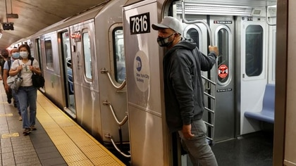 Personas utilizan el tren subterráneo en Manhattan, en el primer día de la fase uno de reapertura en la Ciudad de Nueva York, EEUU, Junio 8, 2020. REUTERS/Mike Segar