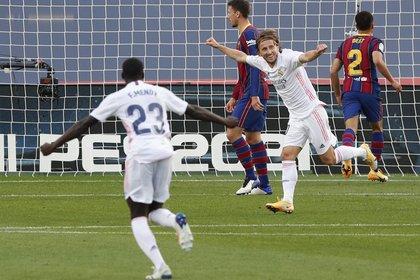 Luka Modric ingresó en el cierre del partido y anotó el tercer gol del Real Madrid en el clásico (REUTERS/Albert Gea)