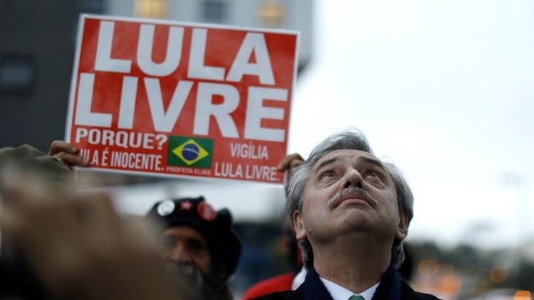 Alberto Fernández durante una visita a Lula en julio (REUTERS/Rodolfo Buhrer)