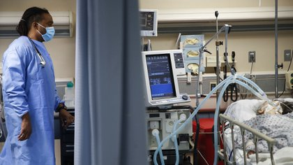 Si bien el COVID-19 es una enfermedad del sistema respiratorio, que requiere incluso que algunos pacientes sean conectados a un respirador, es también un problema vascular con amplias consecuencias graves. (AP/John Minchillo)