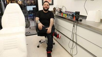 Santiago Caño, el artista argentino al que eligen las celebridades para tatuar su piel