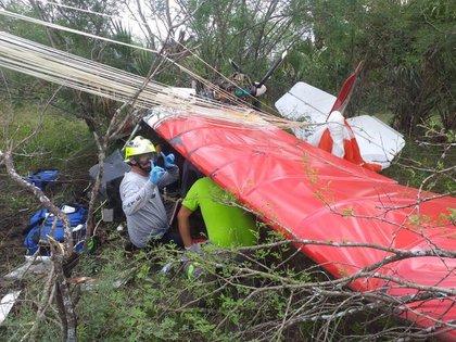 Elementos de auxilio durante el rescate de los cuerpos (Foto: Especial)