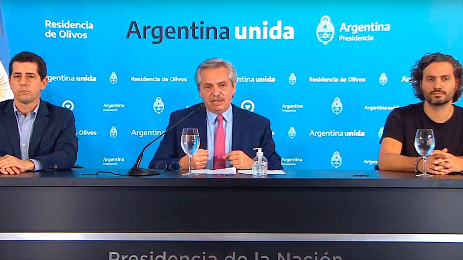 Alberto Fernández flanqueado por los ministros Wado de Pedro y Santiago Cafiero durante una presentación en la quinta de Olivos