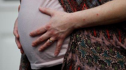 Diferentes estudios aportan evidencia acerca de los efectos adversos del uso de cannabis en el embarazo y en el lactante, que se observan con manifestaciones en la infancia y la adolescencia. REUTERS/Phil Noble/File Photo