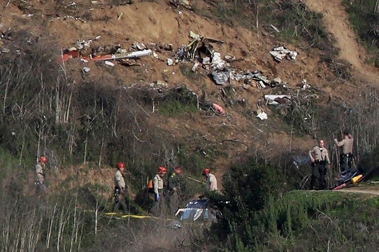 Miembros de las fuerzas de seguridad investigan el lugar donde cayó el helicóptero (Reuters)