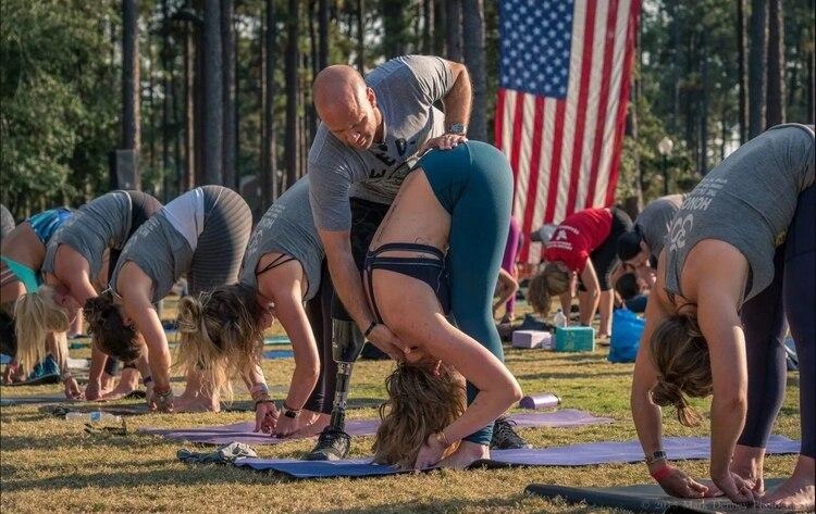 Nevins enseña una clase de yoga en 2015 en el Festival de la Libertad en Carolina del Norte Foto: (Proyecto Guerrero Herido)