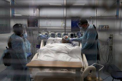 Un paciente con coronavirus en un hospital de Santiago (REUTERS/Ivan Alvarado)