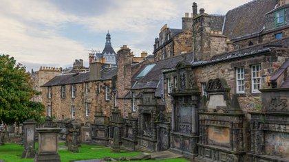 A pocos pasos de The Elephant House, Greyfriars Kirkyard en Edimburgo inspiró algunos de los nombres de los personajes. El ejemplo más famoso es la tumba de Thomas Riddell