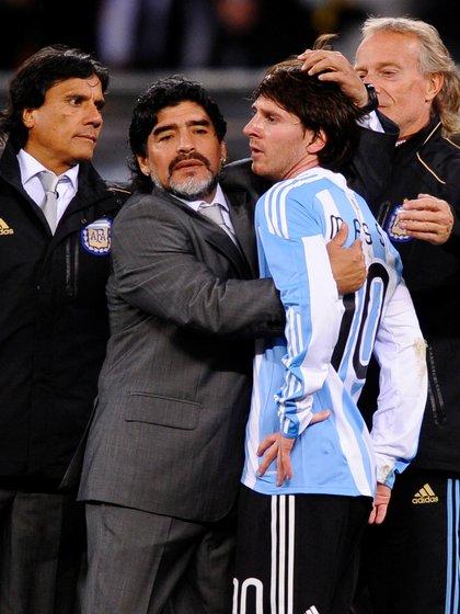 Messi y Maradona, en el Mundial de Sudáfrica 2010 (Action Images/ Jason Cairnduff)