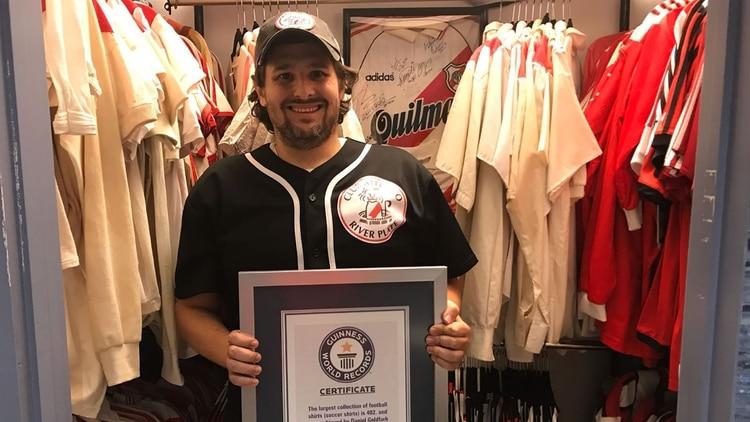 El fan de River que fue reconocido por el Guinness por tener la mayor  colección de 9801da87fe990
