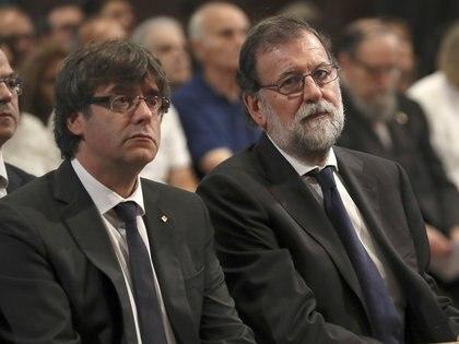 Carles Puigdemont, presidente de Cataluña, y Mariano Rajoy, presidente de España. REUTERS/Sergio Barrenechea/Pool