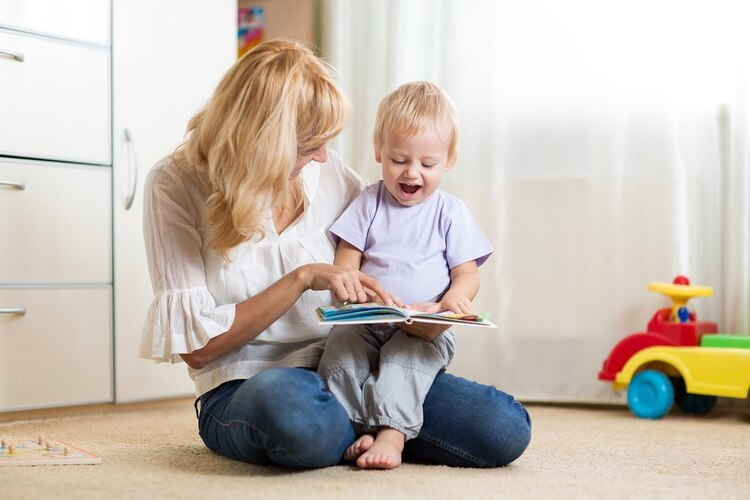 La mejor forma de estimular el lenguaje en los niños es hablando con ellos, contarle lo que estamos haciendo, lo que vamos a hacer y responder siempre a sus intentos comunicativos (Shutterstock)