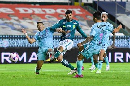 El delantero argentino Emmanuel Gigliotti (León FC) pelea un balón con la defensa de Mazatlán (Foto: Instagram / clubleon_oficial)