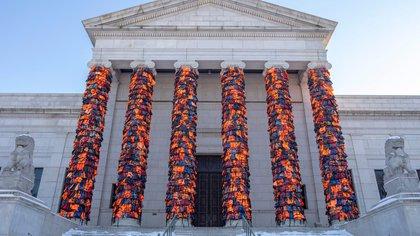 El artista y activista chino Ai Wei Wei instaló cientos de chalecos salvavidas usados por refugiados que viajaron de Turquía a Grecia en el Instituto de Arte de Minneapolis, en Estados Unidos.