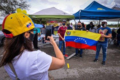 Ciudadanos venezolanos participando en la votación de la consulta popular promovida por el líder opositor venezolano Juan Guaidó desde el Doral Central Park, en Doral, Miami-Dade, Florida (EEUU) EFE/ Giorgio Viera