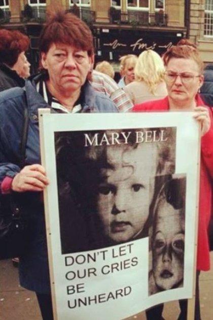 June Richardson, la madre de Martiin Brown, en una marcha para exigir que Mary Bell no reciba dinero por narrar cómo cometió el asesinato de su hijo