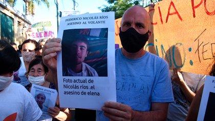 Omar Albor, hijo de Elena Alonso, con una foto del conductor que la atropelló durante la marcha para pedir justicia (Fotos: Nicolás Stulberg)