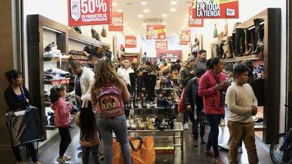 """CIUDAD DE MÉXICO, 17NOVIEMBRE.- Durante el último día del """"Buen Fin"""", decenas de personas acudieron al Centro Histórico de la ciudad, para aprovechar las ofertas del fin de semana más barato del año, en el que se espera una derrama económica por 8 Mil 820 millones de pesos.  FOTO: ROGELIO MORALES /CUARTOSCURO.COM"""