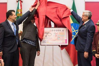 Para demostrar que iba en serio, el presidente compró el primer billete en marzo con el número 0.000.000 por su valor de 500 pesos (casi USD 24). (FOTO: VICTORIA VALTIERRA/CUARTOSCURO)