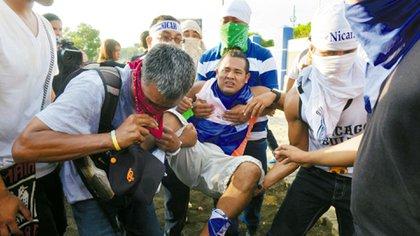 Numerosos manifestantes resultaron heridos por disparos hechos desde la altura del estadio (Cortesía de La Prensa)