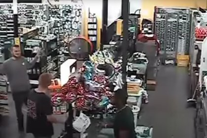 La cámara de seguridad de la tienda Dollar Store mostró a Damion Tillman (junto a la caja) conversando con TJ Wiggins. (Polk County Sheriff's Office)
