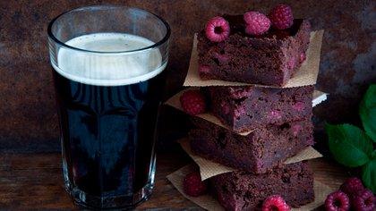 Preparaciones dulces y saladas, todas las comidas pueden maridarse con cerveza negra (Shutterstock)