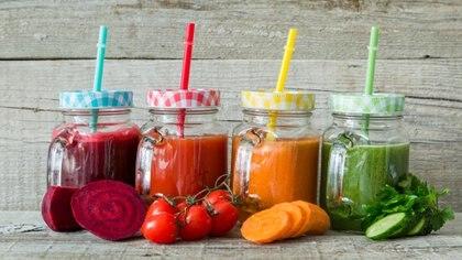 Los jugos y licuados de frutas aportan vitaminas, minerales y antioxidantes (Getty Images)